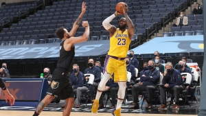 LeBron, Davis lead Lakers as Clippers fall to Spurs